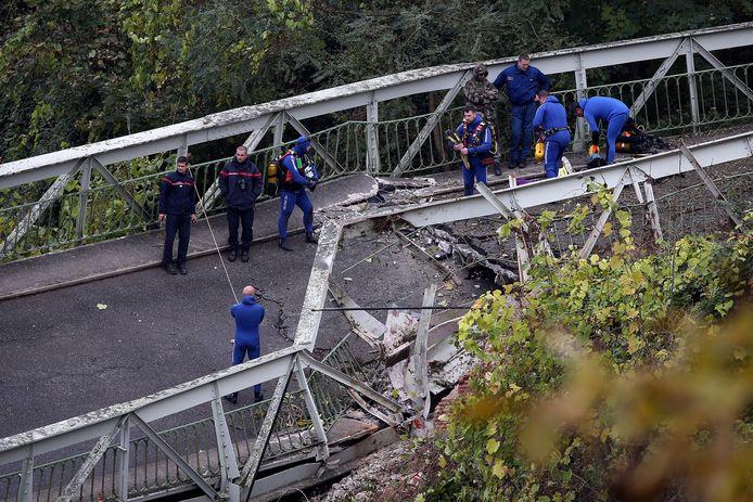 Reddingswerkers op de ingestorte brug zoeken naar slachtoffers.