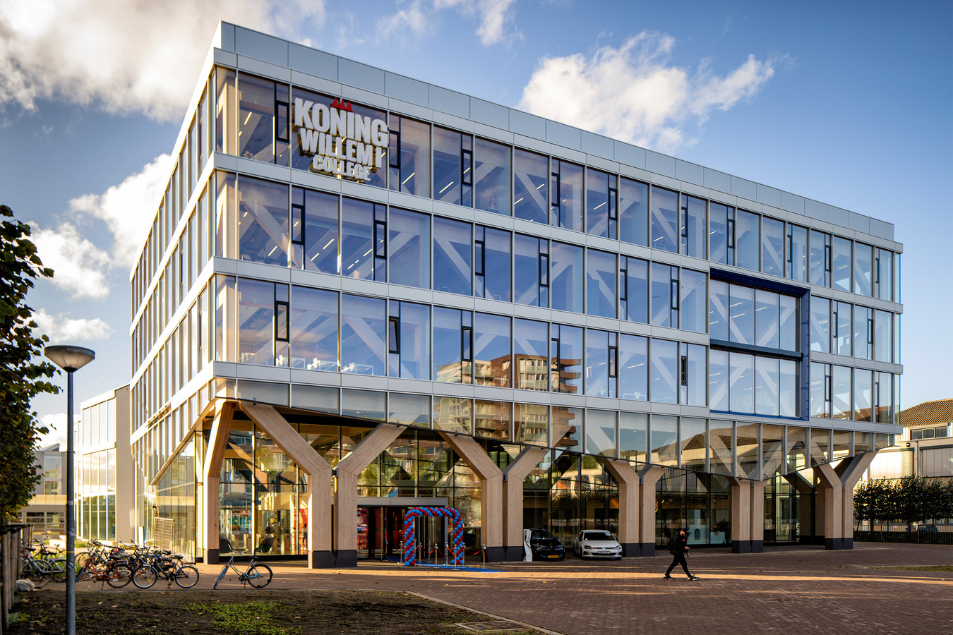 De nieuwbouw van het Koning Willem I College aan de Onderwijsboulevard werd dinsdag officieel geopend.