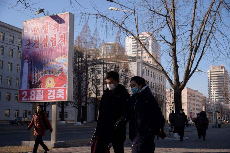Op straat in Pyongyang staan billboards om de 73ste verjaardag van het Noord-Koreaanse volksleger te eren.  Beeld AFP