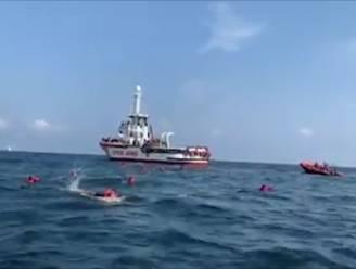 Tientallen migranten springen van schip van hulporganisatie om al zwemmend Italië te bereiken
