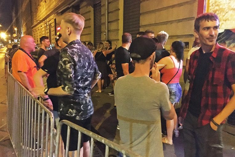 Buiten gayclub Alterego in Boedapest. 'Orbán wil uiteindelijk homoseksualiteit verbannen.' Beeld