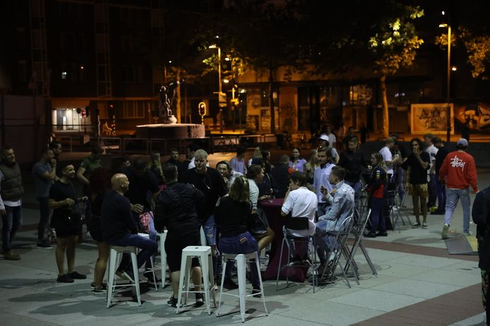 Horeca-ondernemers en hun personeel zijn vrijdagnacht naar het Stadhuisplein getogen voor een ludiek protest tegen de coronaregels en de Eindhovense manier van handhaven daarvan: 'de maat is vol'.