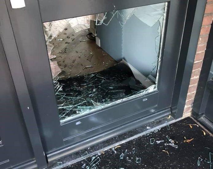 Met een steen door de onderste ruit van de voordeur, kwamen de inbrekers bij Optiek Monique binnen.