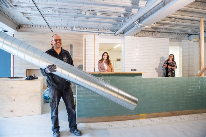 Vlnr Willem Simonis, Angela van Straten en Dieuwke Simonis van de nieuwe horecazaak Greenz en Grainz in de Marktstraat in Made.