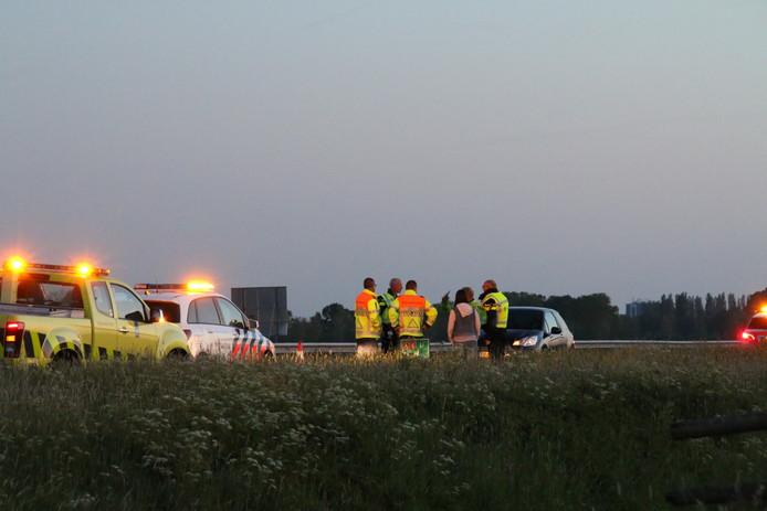 Politie en medewerkers van Rijkswaterstaat bij de spookrijdster op de A28.