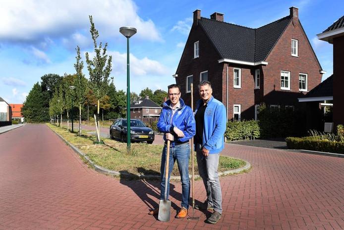 De Millenaren Perry Rigters (links) en Marc van den Heuvel gaan voor hun deur zelf gemeentelijk groen onderhouden.