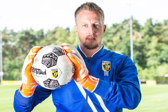 Door de afwezigheid van Room staat Remko Pasveer in het Vitesse-doel tijdens de wedstrijd om de Johan Cruijff Schaal.