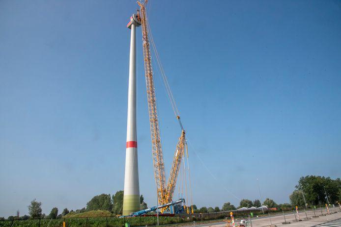 Langs de E17 wordt een nieuwe windmolen afgewerkt.