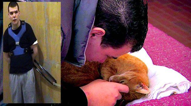 Brandon knuffelt met een kat, jaren zat hij vastgeketend (inzet). FOTO'S ANP / BEELDEN EO