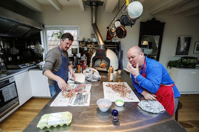 Gilles van der Loo maakt bisque met Paul de Leeuw. Beeld Eva Plevier