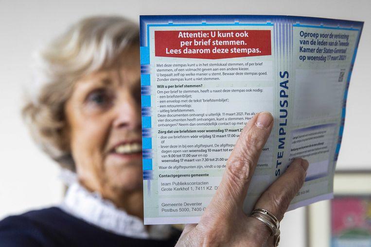Een vrouw uit Deventer heeft haar briefstempas thuisgestuurd gekregen om per post te stemmen. Beeld ANP
