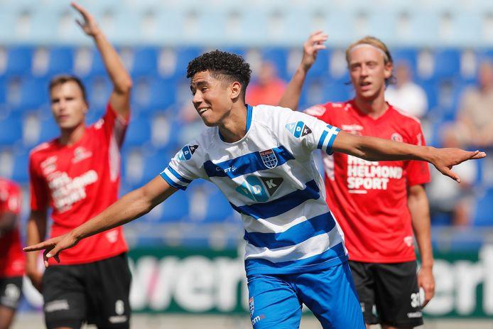 Samir Lagsir schoot PEC Zwolle in de eerste helft ietwat gelukkig op voorsprong tegen Helmond Sport.