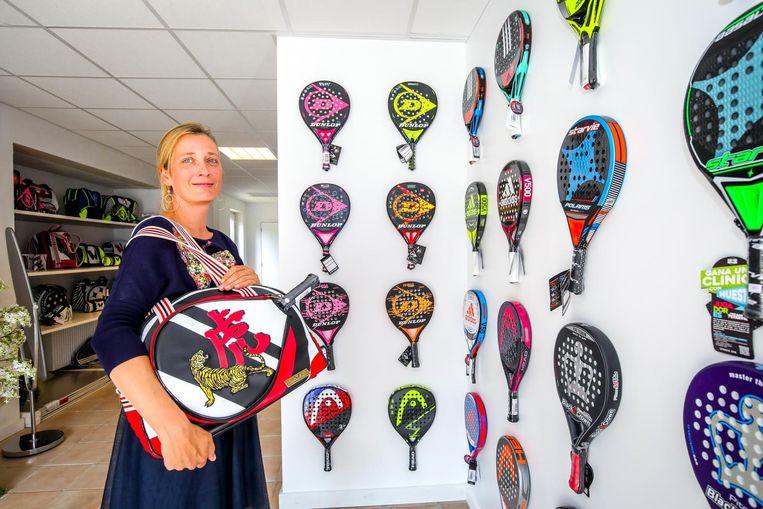 Julie De Wever bij een uitgebreid assortiment rackets.
