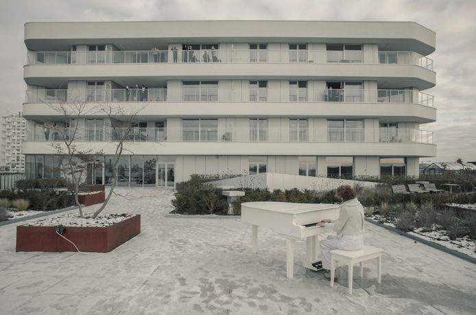 Katrien was in het wit gekleed, tijdens de opnames voor de videoclip. Ook haar piano was wit. En er lag ook nog eens sneeuw op het dakterras, waardoor het wit helemaal overheerste.