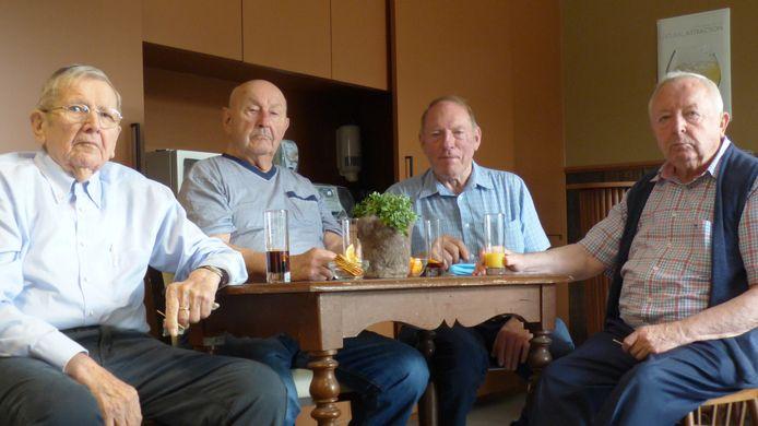 Enkele bewoners van WZC De Oever nemen de nieuwe ontspanningsruimte De Leute in gebruik.
