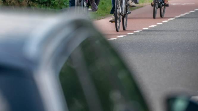 Wethouder Hans Tanis praat met bewoners Middenweg in Andel om weg veiliger te maken