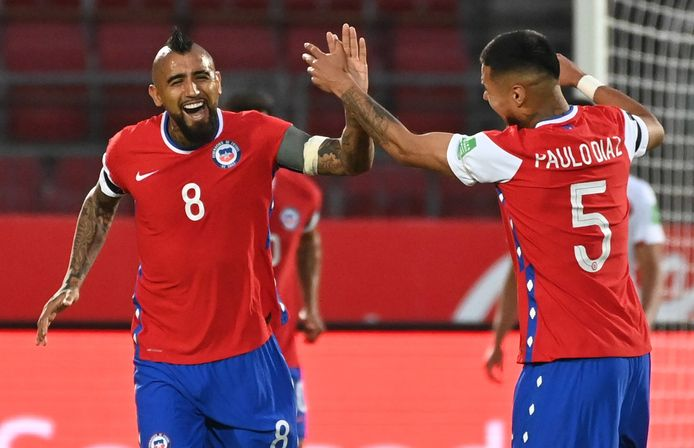 epa08819170 Chile's Arturo Vidal celebrates with his teammate Paulo Diaz (R) after scoring against Peru, during a match for the South American qualifiers for the Qatar 2022 World Cup between Chile and Peru, at the National Stadium in Santiago, Chile, 13 November 2020.  EPA/MARTIN BERNETTI / POOL