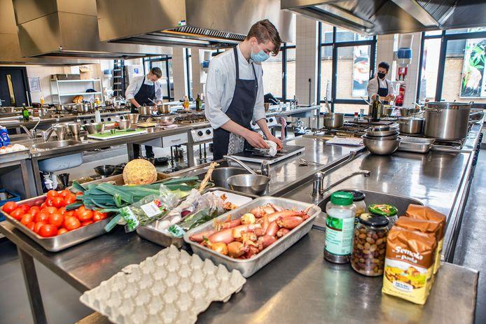Praktijkles bij Curio in Breda, waar koks worden opgeleid. Is er straks nog genoeg horecapersoneel?