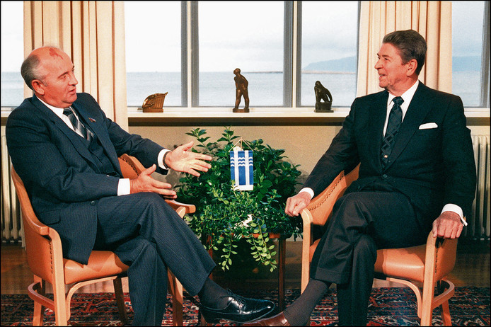 Voormalig Sovjeleider Mikhail Gorbatsjov en de toenmalige Amerikaanse president Ronald Reagan tijdens een bijeenkomst in IJsland in 1986.