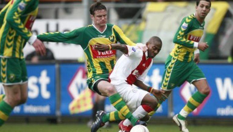 Andreas Oper (L) van ADO Den Haag in duel met Enoh van Ajax. ANP Beeld