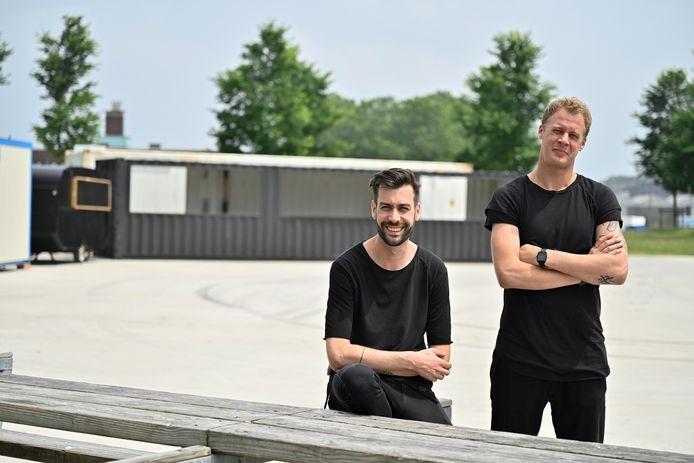 Sam Schnabel en Domi Van Kasteren organiseren zomerbar 'Den Bocht' in het Droogdokkenpark.