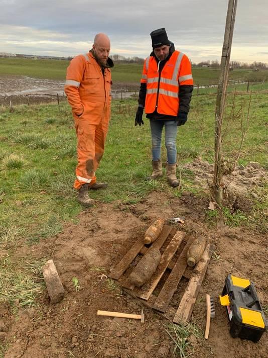 Medewerkers van Tavela Explosievenonderzoek bij hun vondsten in de uiterwaard bij Arnhem.