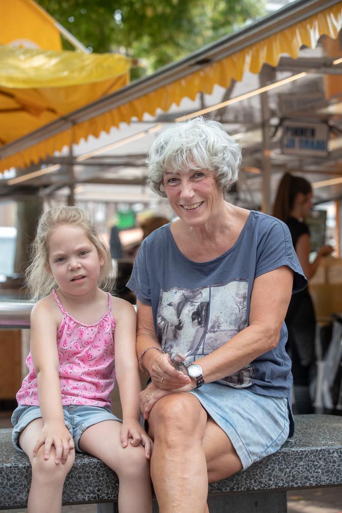 Hennie Sisseling met kleindochter Kiki.