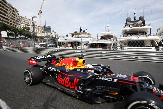Max Verstappen op weg naar de zege in Monaco.