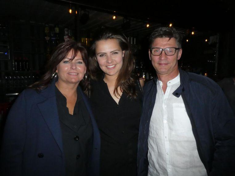 Moeder Jacqueline, zangeres Mell en vader Erik Jonk. Opa: Piet Veerman. Oom: Wim Jonk. Nog meer? Mell: 'Dit is al een hoop voor één gezin' Beeld Schuim