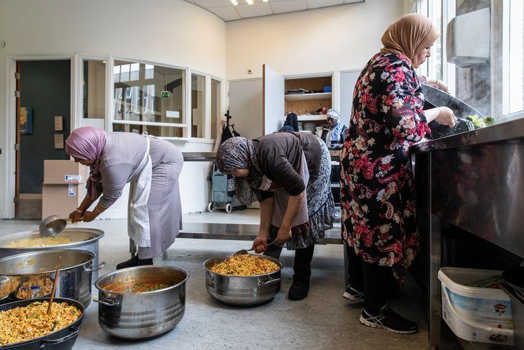 Daklozen uit Oost kunnen twee keer per week aan het Ambonplein een maaltijd afhalen. Beeld Dingena Mol