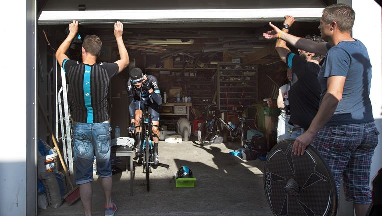 Wout Poels draait in de garage van een inwoner van Middelharnis warm op de rollerbank. Beeld Klaas Jan van der Weij / de Volkskrant