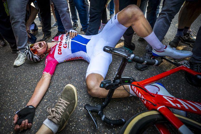 Van der Poel is na zijn winst in de Amstel compleet uitgeput en zijgt na de finish meteen neer. Beeld ANP