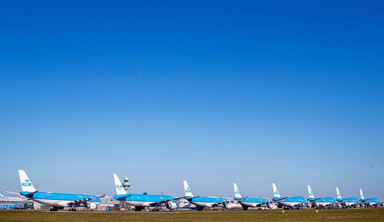 KLM-toestellen geparkeerd op de startbaan van Schiphol.