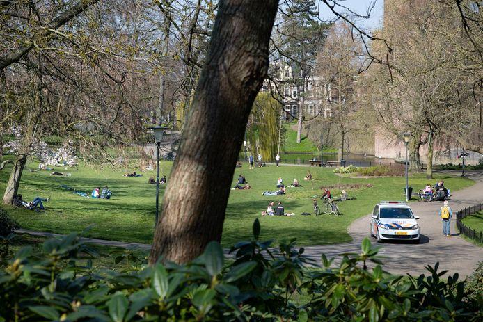 Politie surveilleert zaterdagmiddag in het Kronenburgerpark. Bekeuringen worden niet uitgedeeld. Hoewel het druk is, lijken zonaanbidders zich in tegenstelling tot een dag eerder aan de coronamaatregelen te houden.