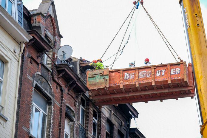 De lichamen moesten met een container uit het gebouw gehaald worden.