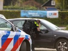 Agenten met getrokken vuurwapens bij auto in Ugchelen