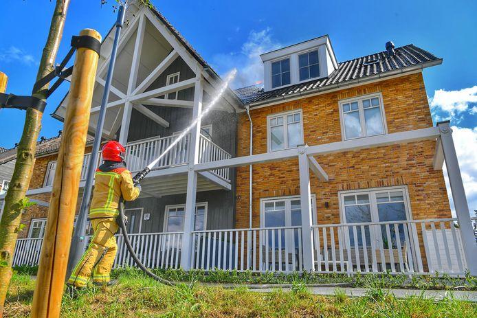 De brandweer blust bij een woningbrand in Waalre.