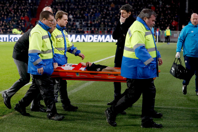 Hirving Lozano of PSV is leaving the pitch injured NETHERLANDS, BELGIUM, LUXEMBURG ONLY COPYRIGHT BSR/SOCCRATES