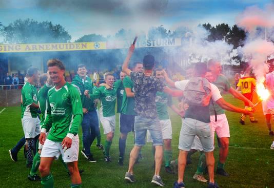 De Meeuwen viert het kampioenschap na een wedstrijd tegen Arnemuiden.