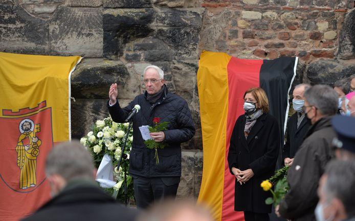 Burgemeester van Trier Wolfram Leibe spreekt tijdens de herdenking van de slachtoffers van de dodelijke rit door het voetgangersgebied in Trier. Naast hem staat Malu Dreyer, de minister-president van de deelstaat Rijnland-Palts.