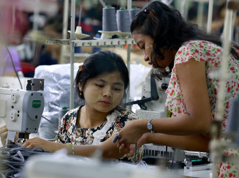 Textielwerkers in een fabriek in Yangon, Myanmar, nog voor de coronacrisis en de coup.  Beeld Hollandse Hoogte / EPA