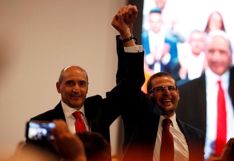 Robert Abela (rechts) wordt gefeliciteerd door Chris Fearne. Beeld REUTERS