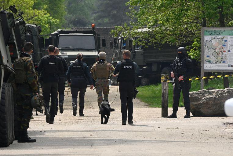 De politie speurt in het Nationaal Park Hoge Kempen in Maasmechelen naar de voortvluchtige Belgische beroepsmilitair. Beeld Belga