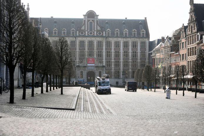 De Oude Markt ligt er verlaten bij en dat zal nog even zo blijven want van een concrete datum voor de heropening van de horeca is nog geen sprake.