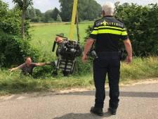 Man rijdt met scootmobiel sloot in Saasveld in
