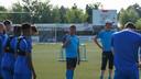 Trainer Lieven Gevaert (midden) voert het woord tijdens de eerste training Hoek.