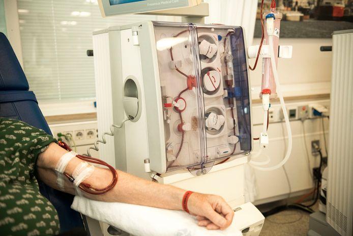 Patiënten liggen in het Slingeland uren aan de dialyse. Op de afdeling is corona uitgebroken.