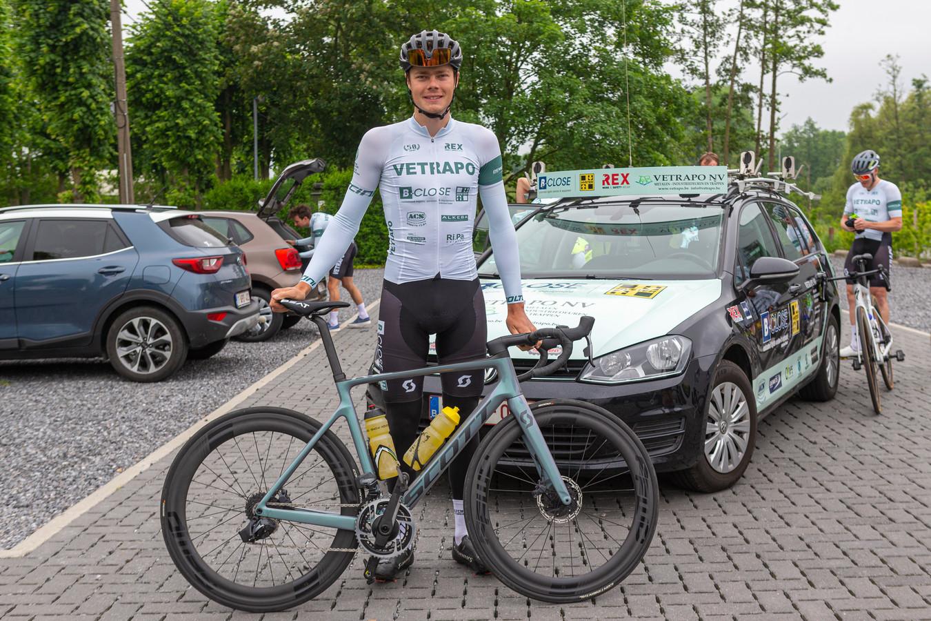 Guillaume Seye voor de start van een groepstraining van het Vetrapo B-Close Cycling Team: hij trekt woensdag ambitieus naar het BK tijdrijden.