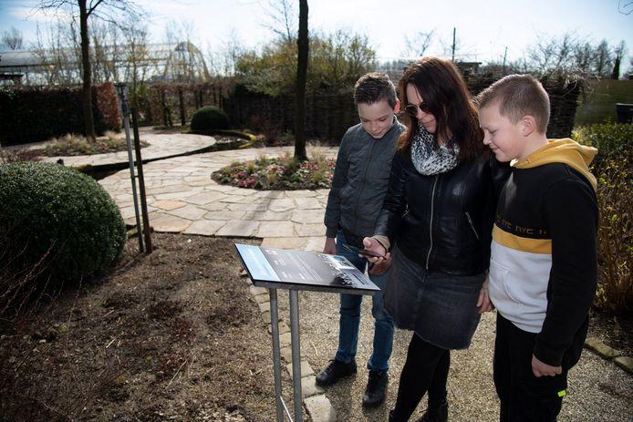 Gerrie Roelofs uit Dodewaard scant met haar mobiel een QR-code.