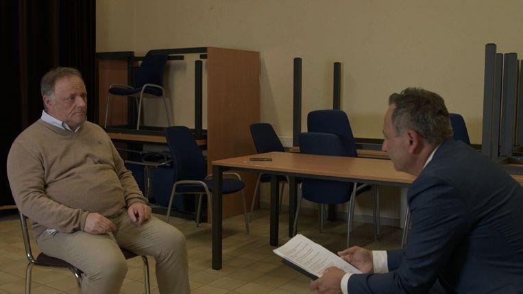 Faroek Özgünes in gesprek met de ondergedoken en bedreigde viroloog Marc Van Ranst. Beeld VTM NIEUWS